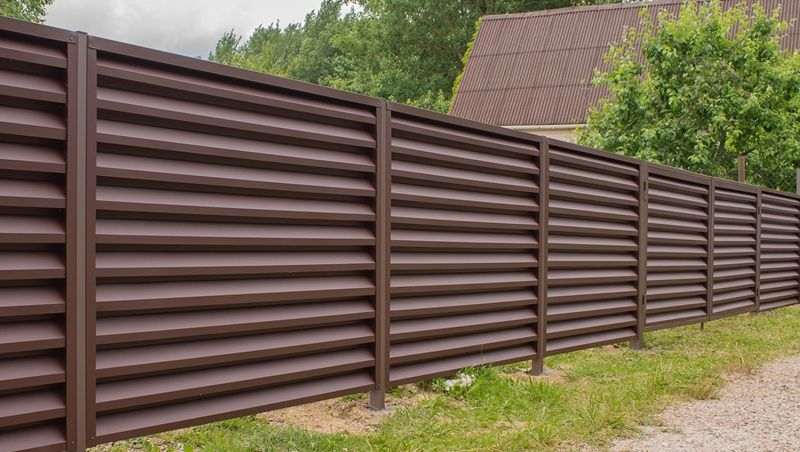 Забор-жалюзи из металла - фото